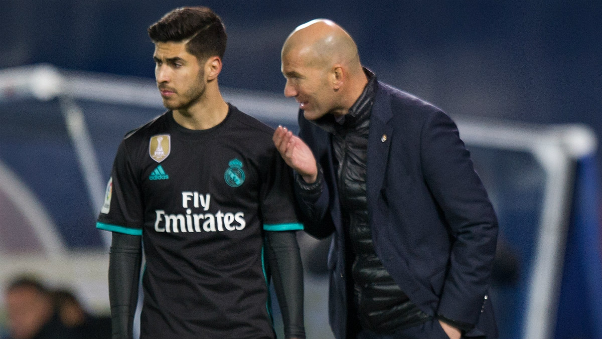 Zidane dialoga con Marco Asensio durante un partido del Real Madrid. (Getty)