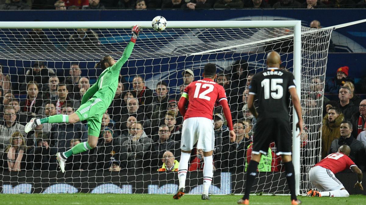 Imagen de De Gea en el segundo gol del Sevilla, en el que hizo una gran parada (AFP).