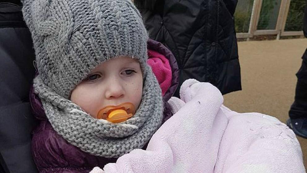 La niña que tiene una enfermedad que hace que su temperatura descienda