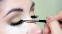 Una mujer maquillando su ojo
