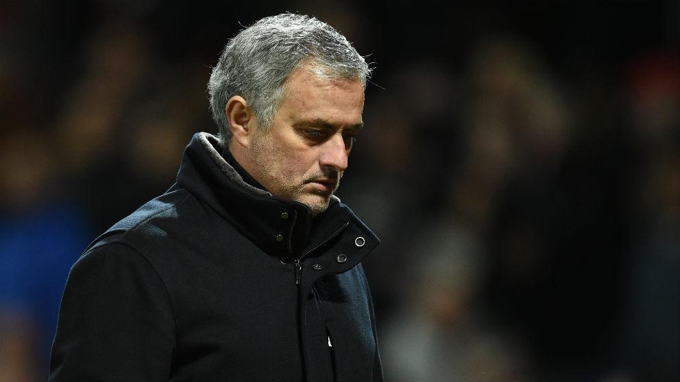 Mourinho, cabizbajo en el partido contra el Sevilla. (AFP)