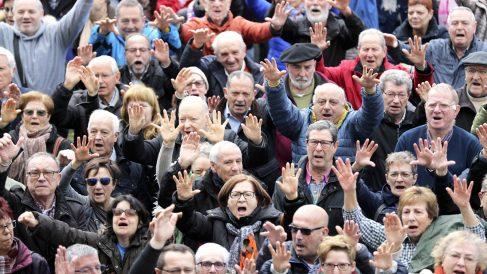 Manifestación de jubilados en Bilbao por una subida de las pensiones. (Foto: EFE)