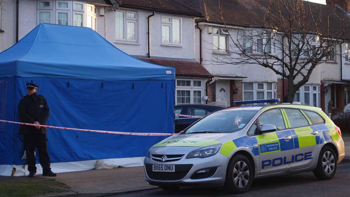 Policía frente al domicilio del empresario asesinado  Nikolai Glushkov. Foto: AFP