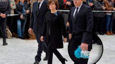 Juan Ignacio Zoido, ministro del Interior, porta la bufanda de Gabriel Cruz a su llegada al funeral. (Foto: EFE)
