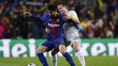 André Gomes disputa un balón con Azpilicueta durante el Barcelona – Chelsea. (AFP)