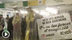 Miembros de Arran, asociación vinculada a la CUP, protestan contra la presencia del Ejército en el Salón de la Enseñanza de Barcelona