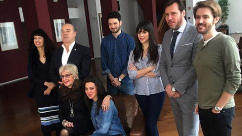 La actriz Concha Velasco, el alcalde de Valladolid, Óscar Puente, y el elenco de 'El funeral'.