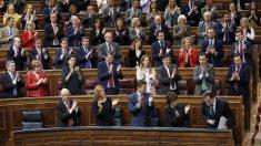 La bancada del Grupo Popular aplaude a Mariano Rajoy. (Foto: EFE)