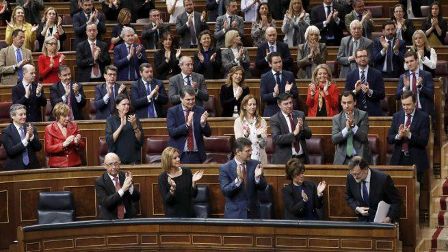 La bancada del Grupo Popular aplaude a Mariano Rajoy