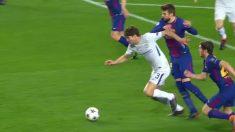 El Chelsea pidió penalti de Piqué a Marcos Alonso.
