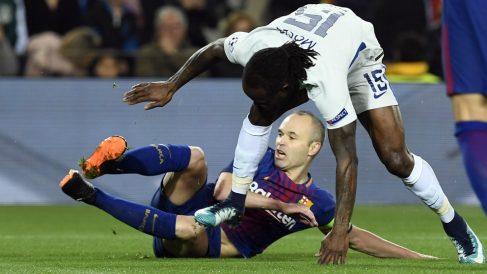 Iniesta pelea por un balón con Moses. (AFP)