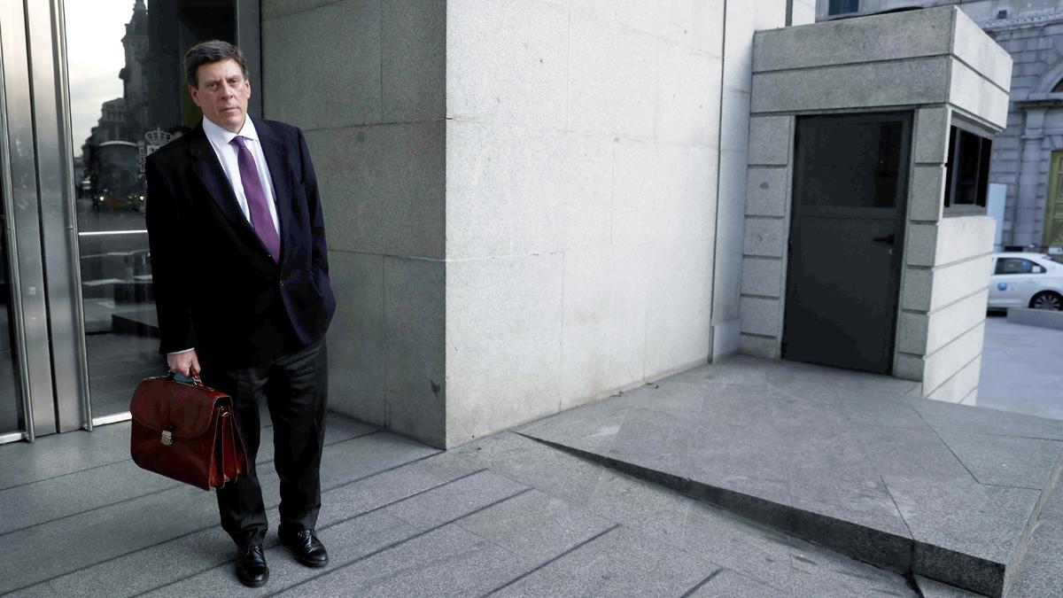 Juan Carlos Quer, padre de Diana Quer, a las puertas del Congreso de los Diputados. (Foto: EFE)