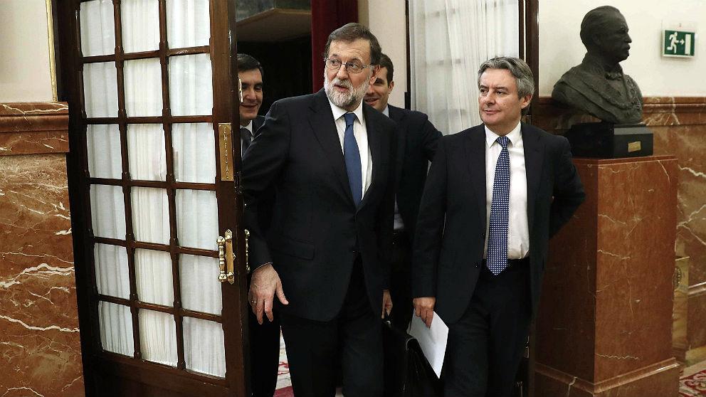 Mariano Rajoy, saliendo del hemiciclo a los pasillos del Congreso. (EFE)