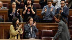 Pablo Iglesias, secretario general de Podemos, regresa a su escaño entre aplausos de su grupo. (Foto: EFE)