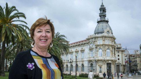 La senadora Pilar Barreiro, ante el Ayuntamiento de Cartagena (Foto: EFE).