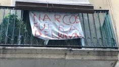 Una pancarta colgando de un balcon del Raval de Barcelona protestando por los narcopisos