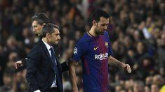 Busquets se retira del terreno de juego lesionado. (AFP)