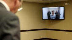El autor de la masacre de Charleston, Dylan Roof, en la pantalla durante su juicio en el que se le condenó a muerte. Foto: AFP