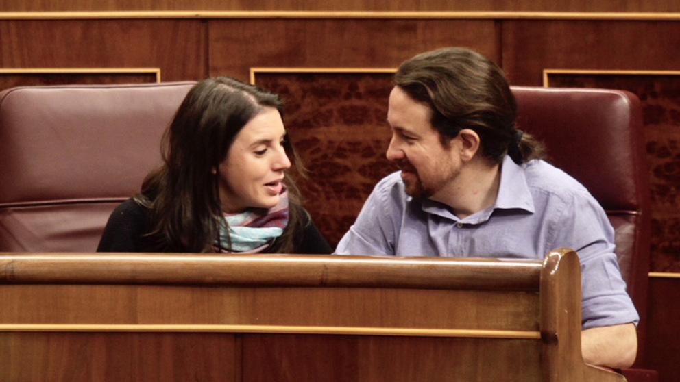Pablo Iglesias e Irene Montero en su escaño del Congreso. (Foto: FRANCISCO TOLEDO)