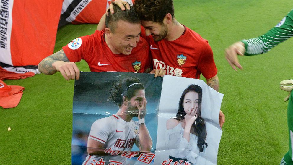 Alexandre Pato celebra su gol con el poster de Dilireba. (AFP)