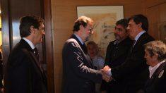 Rafael Hernando y Mariano Rajoy saludan a Juan José Cortés, Juan Carlos Quer y Blanca Estrella Ruiz.