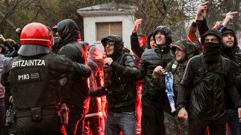 Los ultras del Olympique de Marsella antes de entrar a San Mamés. (EFE)