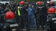 Los ultras del Olympique de Marsella, controlados por la Ertzaintza antes de enfrentarse al Athletic Club. (AFP)