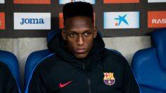 Yerry Mina en el banquillo durante un partido con el Barcelona (Getty)