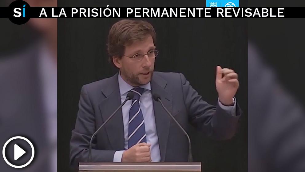 El portavoz del PP, José Luis Martínez-Almeida, defendiendo en un pleno la prisión permanente revisable