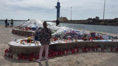 Improvisado altar en memoria de Gabriel Cruz en Almería. Foto: Twitter