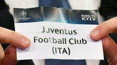 Momento en el que la mano inocente de Andriy Shevchenko saca la papeleta de la Juventus (AFP).