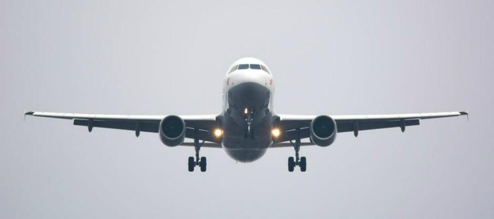 Padres que viajaban en avión con su bebé realizan un regalo a los pasajeros