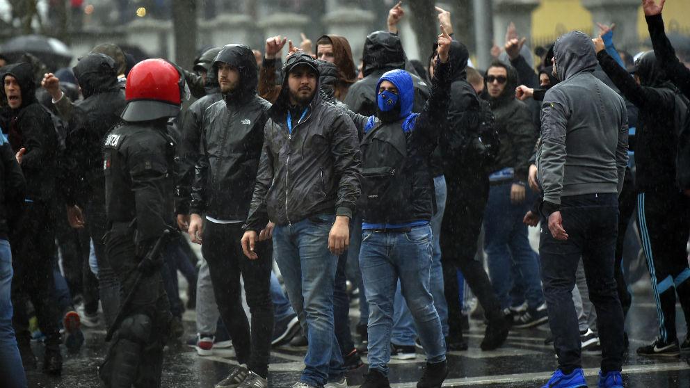 Los ultras del Marsella por las calles de Bilbao. (AFP)