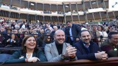 JJosé Luis Ábalos en los toros de Valencia, junto al vicepresidente de la Diputación de Valencia, Antoni Gaspar, y la líder del PP Isabel Bonig.
