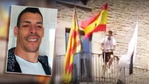 Raúl Macià, ante un fotograma del vídeo en el que cuelga la bandera española en la fachada de su Ayuntamiento.