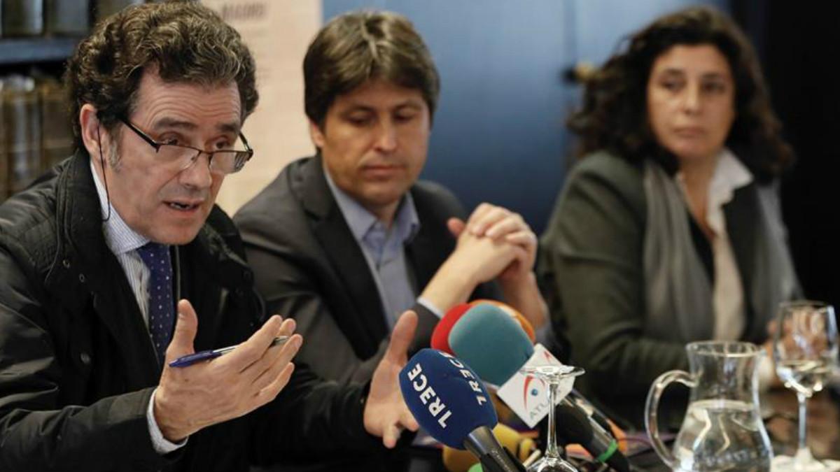 El presidente de Sociedad Civil Catalana, José Rosiñol (c), junto a los vicepresidentes de la entidad, Miriam Tey (d) y Alex Ramos (i), durante la rueda de prensa. Foto: EFE
