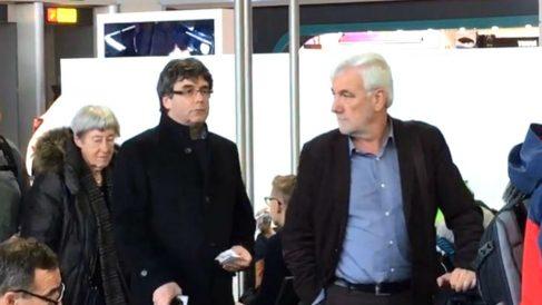 Carles Puigdemont y el empresario Josep Maria Matamala, en el aeropuerto de Ginebra.