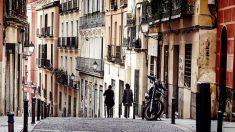 Dos personas caminan por el barrio de Lavapiés en calma.