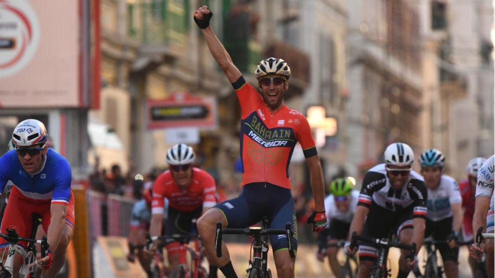 Nibali celebra su triunfo en la Milán-San Remo. (AFP)