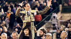 Enrique Ponce sale a hombros este sábado en Valencia (Foto: Efe).