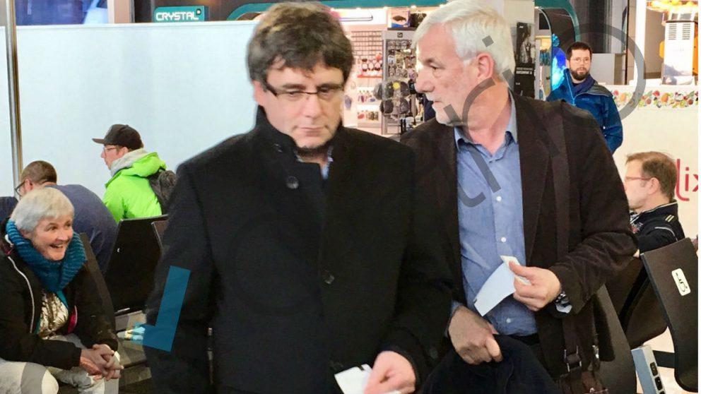 Puigdemont y Matamala en el aeropuerto de Bruselas (Foto: OKD).