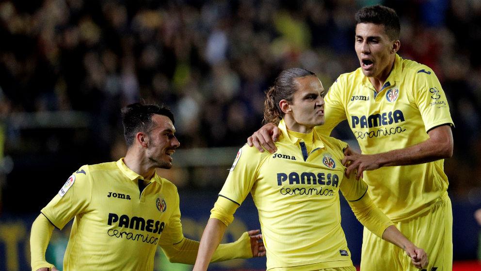 Ünal celebra uno de sus goles durante el Villarreal – Atlético. (EFE)