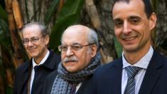 """Los autores del libro """"Turbulències i tribulacions. Els anys de les retallades"""", Albert (i), Andreu Mas-Colell (c) e Ivan Planas (d), posan para la entrevista mantenida con EFE en Barcelona. EFE/Quique García"""