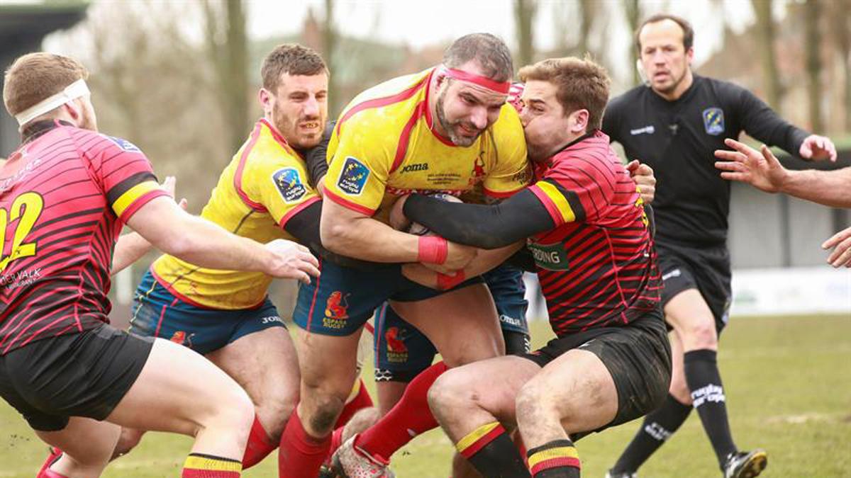 Una imagen del España-Bélgica de rugby con el árbitro rumano de fondo.