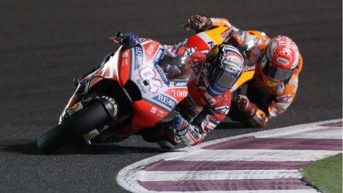 Momento de la última vuelta de la carrera entre Dovizioso y Márquez. (AFP)