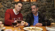 El secretario general del PSOE, Pedro Sánchez, y el presidente de Cantabria, Miguel Ángel Revilla, saborean un plato de anchoas (Foto: EFE).