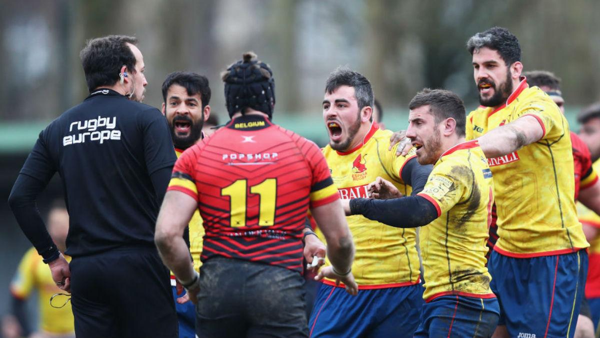 Los jugadores españoles de rugby recriminando al árbitro una de sus polémicas decisiones (Getty).