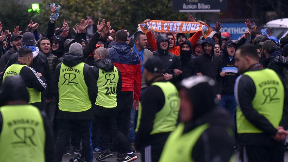 Ultras del Marsella antes de entrar a San Mamés. (AFP)