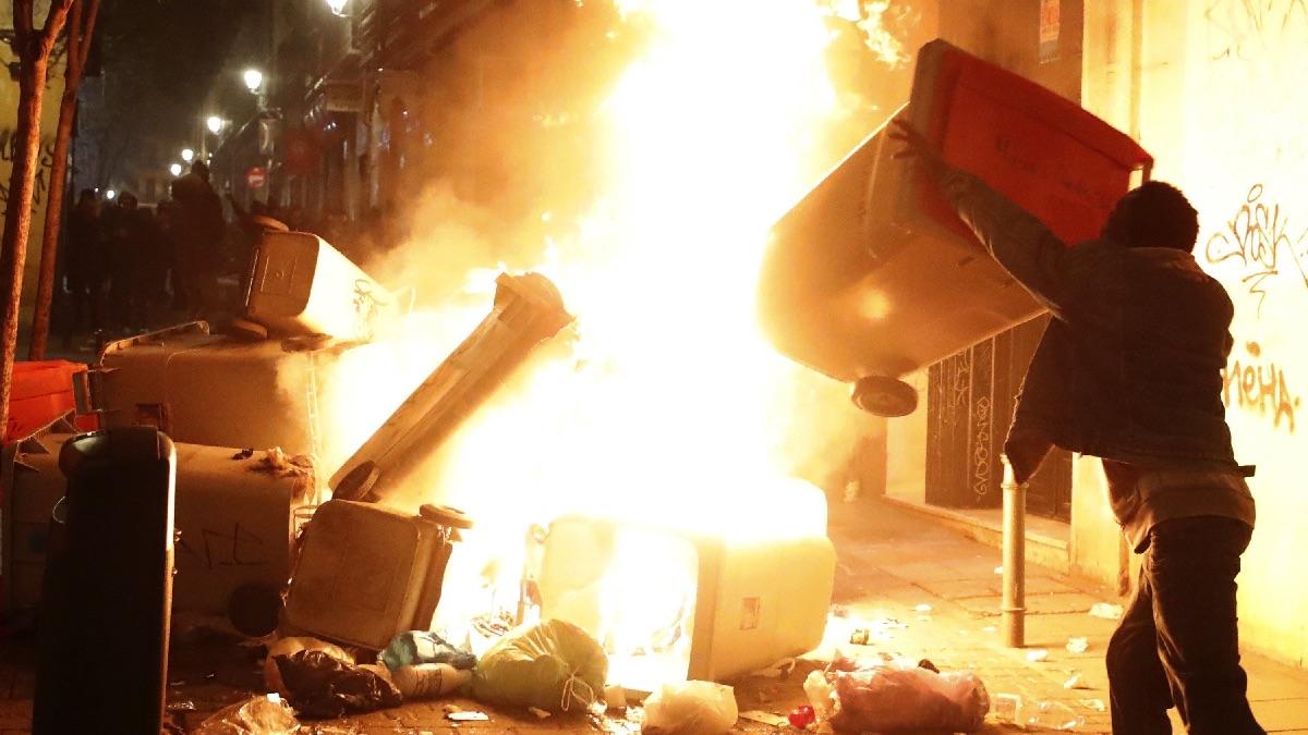 Barricada en el barrio de Lavapiés. (Foto: EFE)