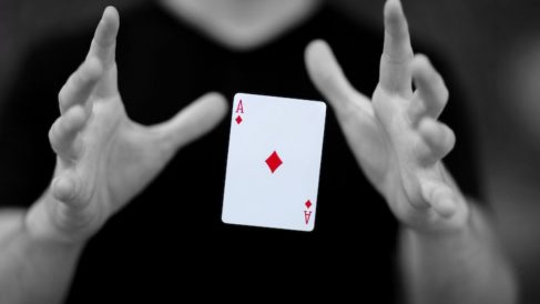 Aprende a realizar trucos de cartas fáciles y a dejar sorprendidos a tus amigos.